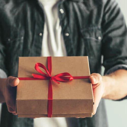 Что подарить другу